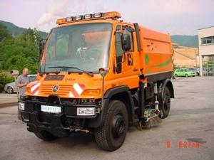 Sopmaskin på upp till 6 m3 kan monteras på Unimog. Utrustningen är snabbt demonterbar och fordonet frigörs för andra arbetsuppgifter.
